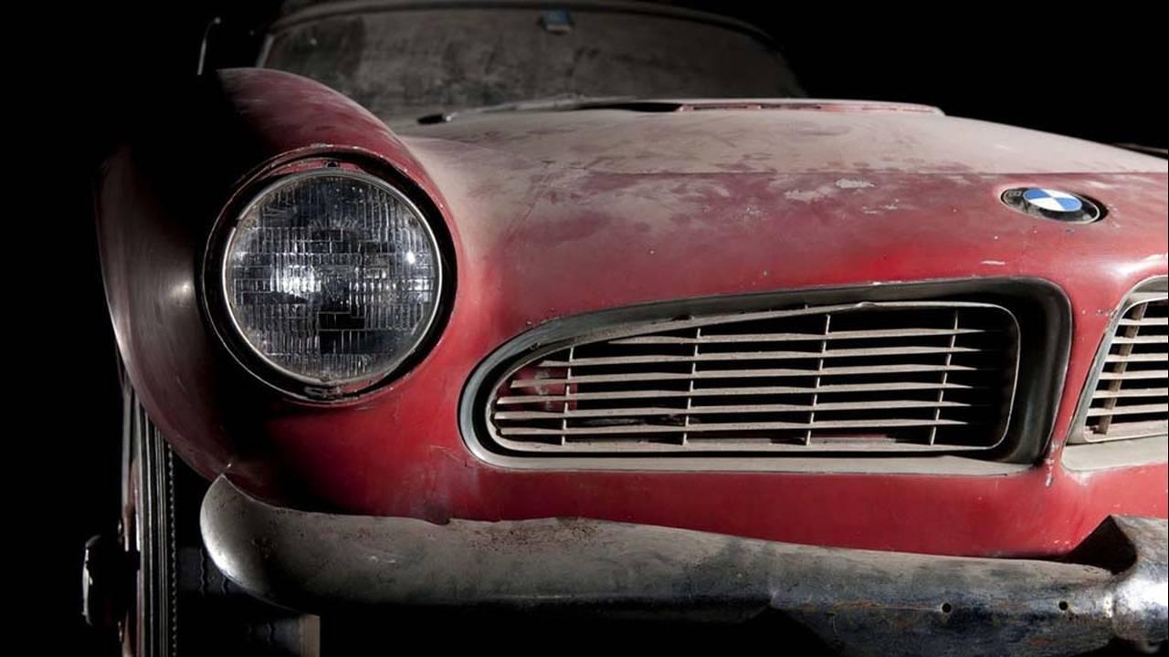 https://cdn.cnngreece.gr/media/news/2017/05/23/81844/photos/snapshot/1957-bmw-507-roadster-elvis-presley-23.jpg