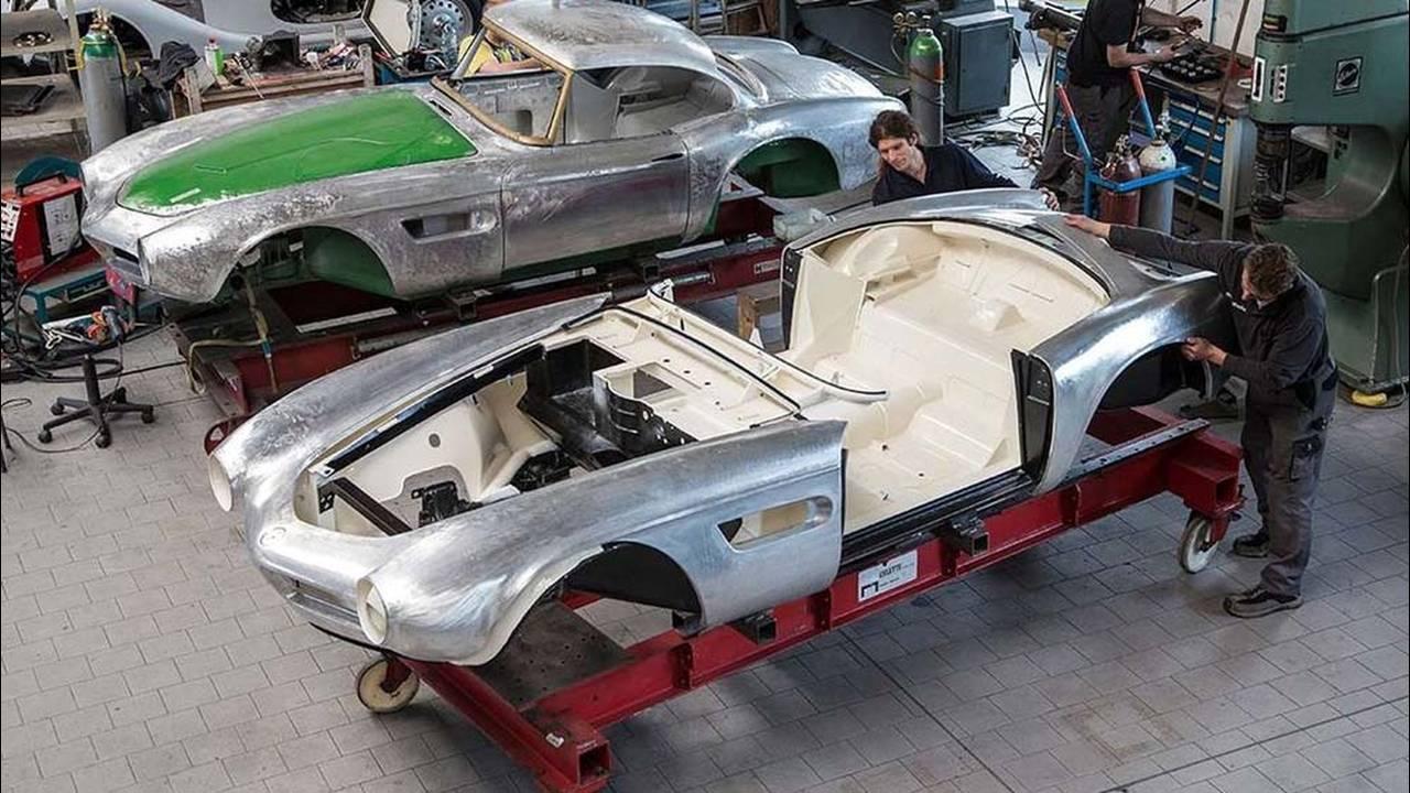 https://cdn.cnngreece.gr/media/news/2017/05/23/81844/photos/snapshot/1957-bmw-507-roadster-elvis-presley-30.jpg