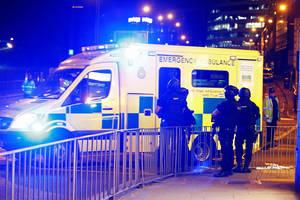 Ένοπλοι αστυνομικοί βρίσκονται έξω από το Manchester Arena