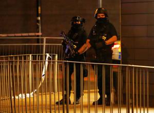 Οπλισμένοι αστυνομικοί στέκονται έξω από το Μάνστεστερ Αρένα