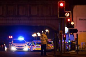 Περιπολικά και αστυνομικοί έχουν περικυκλώσει το Manchester Arena