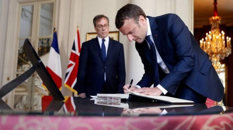 Την πρεσβεία της Βρετανίας στο Παρίσι επισκέφτηκε ο Μακρόν - Το μήνυμά του κατά της τρομοκρατίας