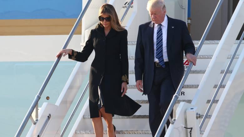 Η Μελάνια Τραμπ «απέρριψε» ξανά το χέρι του προέδρου