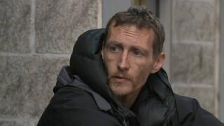 Ο πρόεδρος της West Ham στο πλευρό του άστεγου «ήρωα» του Μάντσεστερ (pics)