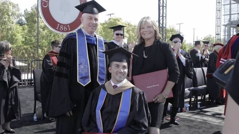 Βοηθούσε τον ανάπηρο γιο της στο πανεπιστήμιο και τότε ήρθε η μεγάλη έκπληξη
