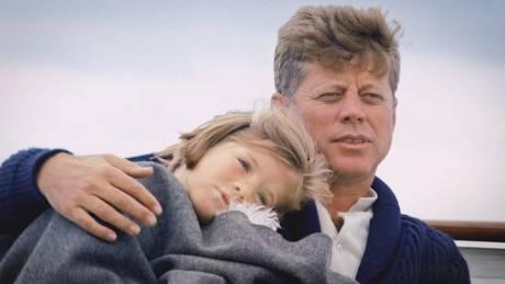 Αγκαλιές στο Honey Fitz και «μωβ καρχαρίες»: Ο JFK μέσα από τα μάτια της κόρης του