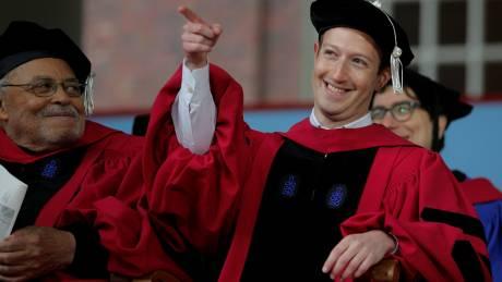 Μαρκ Ζούκερμπεργκ: Έκανε περήφανη τη μαμά του παίρνοντας πτυχίο μετά από 12 χρόνια