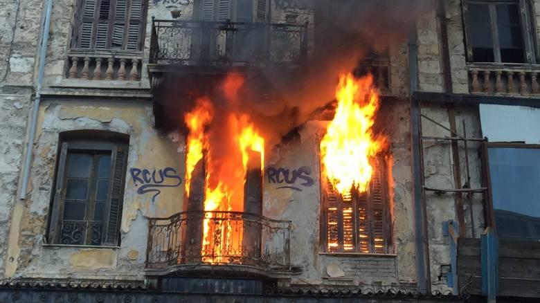 Φωτιά σε εγκαταλελειμμένο κτίριο στην Ερμού (pics)