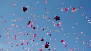 Ροζ μπαλόνια κατέκλυσαν τη Βρετανία για τις δύο μητέρες που σκοτώθηκαν στο Μάντσεστερ (pics)