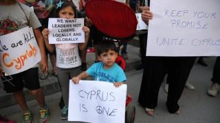 Κοινή διαδήλωση Ελληνοκυπρίων και Τουρκοκυπρίων με αίτημα την επανένωση της Κύπρου (pics)