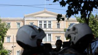 Κενό ασφαλείας στη Βουλή; Τα ερωτήματα που προκύπτουν μετά την επίθεση στον Λουκά Παπαδήμο