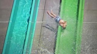 Είχε Άγιο: Δεκάχρονο αγοράκι «εκτοξεύτηκε» από νεροτσουλήθρα (Vid)