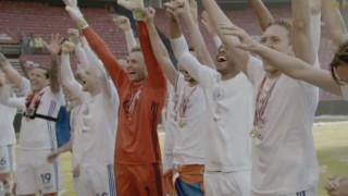 Mαγική στιγμή γηπεδικής αλληλεγγύης: Οι παίκτες δίνουν το Κύπελλο σε φίλαθλο με αναπηρία