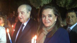 H Ντόρα Μπακογιάννη αποχαιρετά τον πατέρα της με ένα συγκινητικό ριζίτικο της Κρήτης (vid)