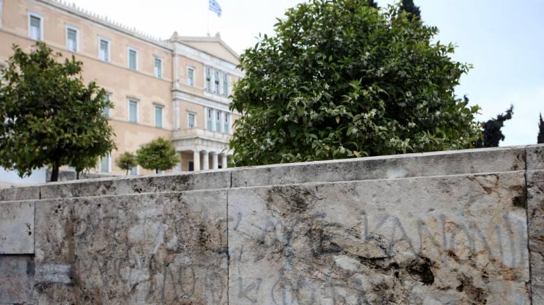 Αυξάνονται τα μέτρα ασφαλείας στη Βουλή μετά την αποστολή φακέλου με εκρηκτικά στον Παπαδήμο