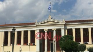 Μεσίστιες οι σημαίες στα δημόσια κτήρια για τον θάνατο του Κ. Μητσοτάκη (pics)