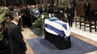 Σε λαϊκό προσκύνημα η σορός του Κωνσταντίνου Μητσοτάκη, στις 15:00 η εξόδιος ακολουθία (pics+vid)