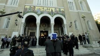Κηδεία Μητσοτάκη: Συγγενείς, φίλοι και απλοί πολίτες στη Μητρόπολη Αθηνών (pics+vid)
