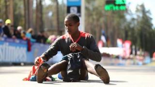Ο 27χρονος Κενυάτης που κέρδισε ημιμαραθώνιο φορώντας μόνο τις κάλτσες του (vid)
