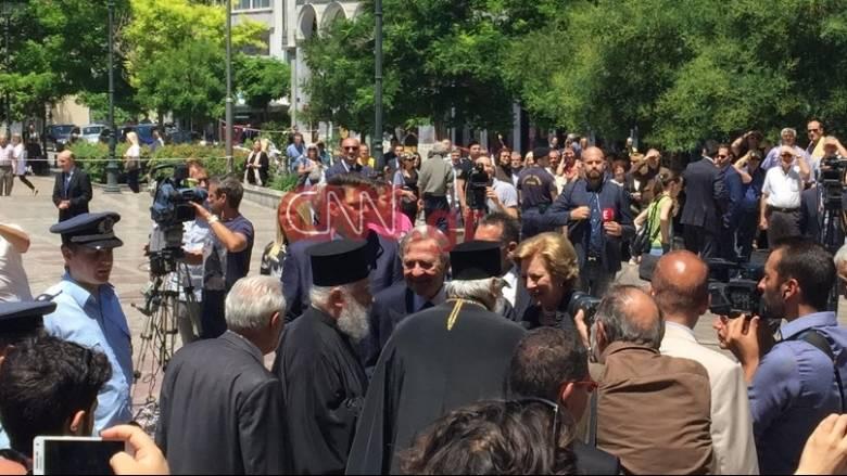 Ο τέως βασιλιάς Κωνσταντίνος στην κηδεία του Κωνσταντίνου Μητσοτάκη (pics&vid)
