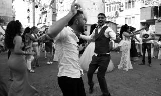 Σφαίρες, σκουπίδια κι ένας γάμος, στο μεγαλύτερο γκέτο Ρομά της Ευρώπης