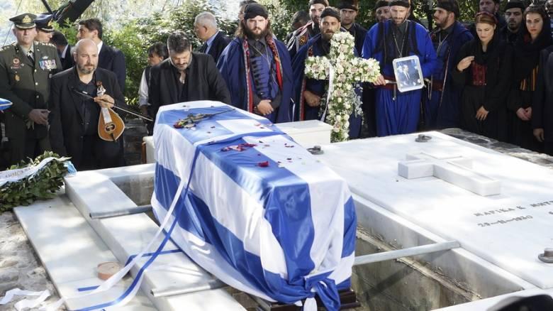 Στην «αγκαλιά» της Κρήτης και δίπλα στην Μαρίκα του ο Κωνσταντίνος Μητσοτάκης