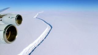 Ανταρκτική: Γιγάντιο παγόβουνο «κρέμεται» από μια κλωστή