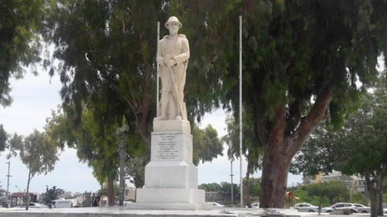 Έσπασαν μάρμαρα στο μνημείο Άγνωστου Στρατιώτη στο Ηράκλειο (pics)