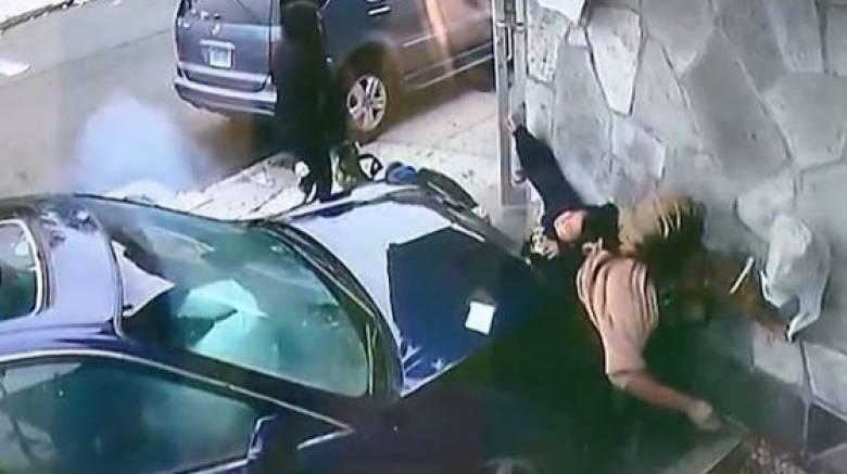 Έπεσε στις ρόδες αυτοκινήτου για να σώσει ένα παιδί (Vid)