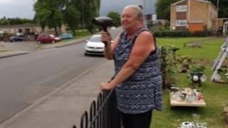Η σούπερ γιαγιά που μετατρέπει το σεσουάρ σε ραντάρ ταχύτητας (vid)