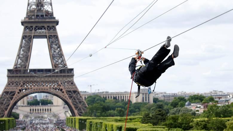 Κάντε zip-line πηδώντας από τον Πύργο του Άιφελ… και μετά απολαύστε έναν αγώνα τένις (pics+vid)