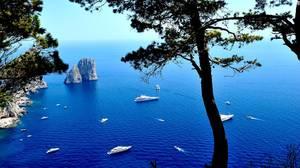 The Faraglioni of Capri, Νάπολη: Το νησί Capri είναι το αγαπημένο του Χόλυγουντ εδώ και δεκαετίες.