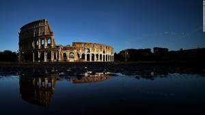Κολοσσαίο, Ρώμη: Σε αυτό το συναρπαστικό αμφιθέατρο αντηχούν ακόμη οι φωνές των μονομάχων, οι κραυγές των άγριων ζώων και ο θόρυβος των θαλάσσιων μαχών. Η αρένα, η οποία είναι μερικώς κατεστραμμένη από σεισμούς, αποτελεί διαχρονικό σύμβολο της Ρώμης.