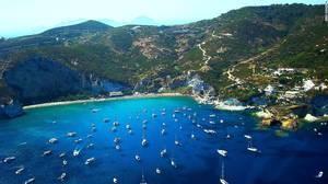 Νησί Πόντσα: Το εντυπωσιακό φυσικό του τοπίο, οι απομονωμένες παραλίες και η κομψότητα του νησιού συμβάλουν στη μεγάλη τουριστική απήχηση του νησιού.