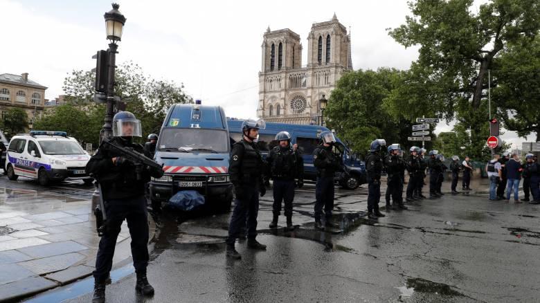 Συναγερμός στο Παρίσι: Αστυνομικοί πυροβόλησαν ύποπτο κοντά στην Παναγία των Παρισίων