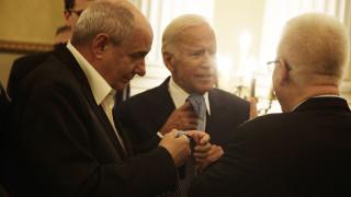 Ο Τζο Μπάιντεν και ο Τέρενς Κουίκ αντήλλαξαν... γραβάτες (pics)