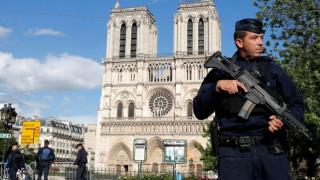 Η στιγμή της επίθεσης στην Παναγία των Παρισίων: Χτυπά τον αστυνομικό με σφυρί (vid)