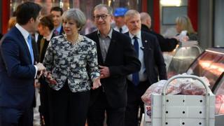 Αποδοκιμασίες στην επίσκεψη της Μέι στην κρεαταγορά του Λονδίνου (pics)