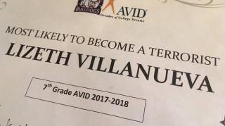 Δάσκαλος έδωσε σε 13χρονη «τρομοκρατικό» βραβείο και απολύθηκε (pics)
