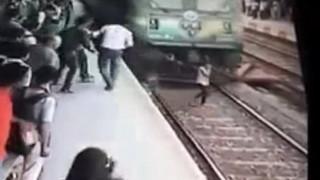 Τρένο παρέσυρε νεαρή Ινδή και αυτή επέζησε (Vid)