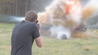 Τι συμβαίνει όταν πυροβολείς ένα ψυγείο γεμάτο εκρηκτικά;
