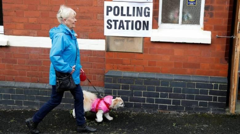 Εκλογές Βρετανία: Οι καλόγριες και τα σκυλιά που έκλεψαν την παράσταση (pics)