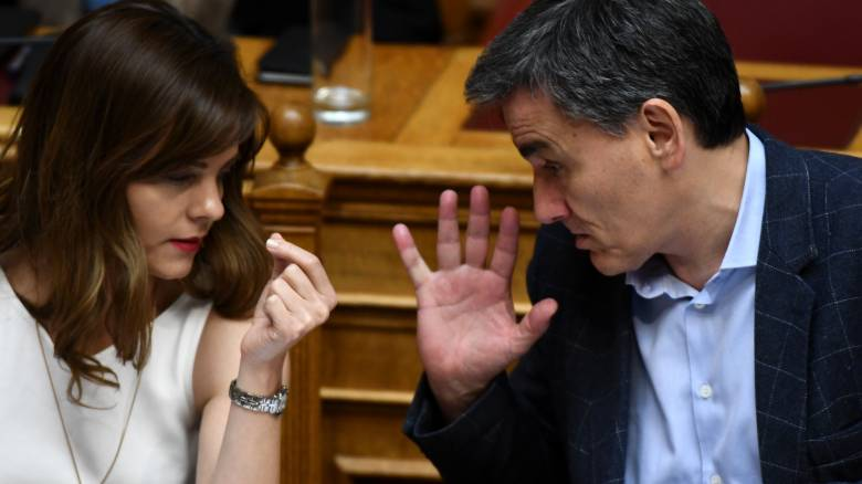 «Μασάζ» στους βουλευτές του ΣΥΡΙΖΑ από Τσακαλώτο – Αχτσιόγλου