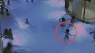 Πεντάχρονος κινδύνεψε να πνιγεί σε πισίνα ενώ η μητέρα του ήταν στη σάουνα (vid)
