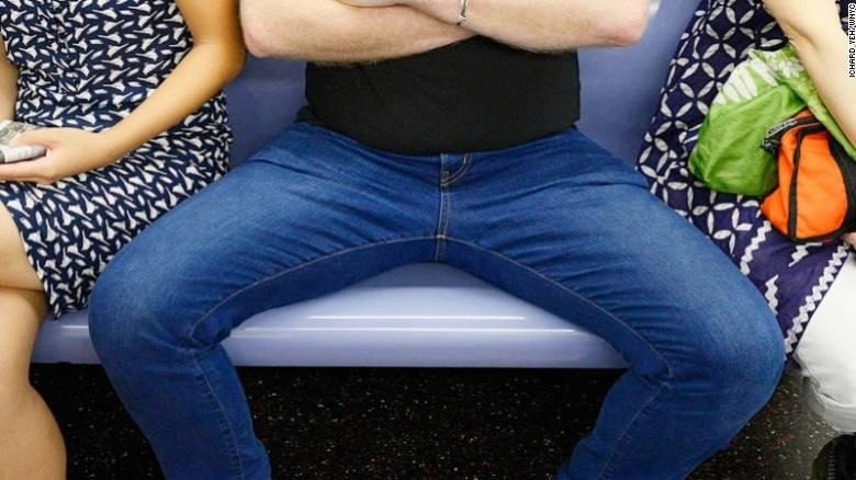 Μαδρίτη: Απαγόρευση στους άντρες να κάθονται με ανοιχτά τα πόδια στα ΜΜΜ