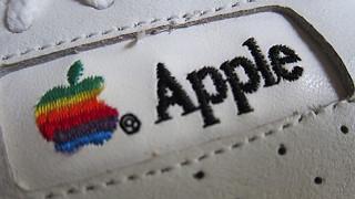 Συλλεκτικό και λευκό το retro sneaker της Apple στο σφυρί