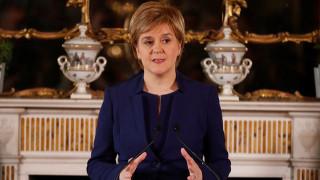 Προειδοποίηση από τη Σκωτία: Η Μέι να εγκαταλείψει τα σχέδια της για «σκληρό» Brexit