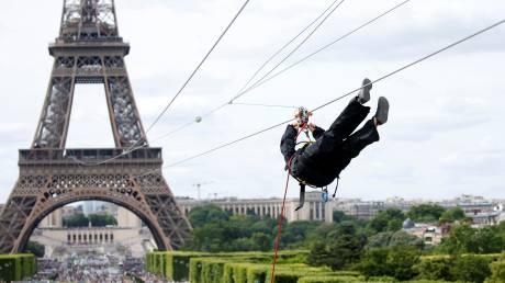 Κάνοντας zip line στον Πύργο του Άιφελ