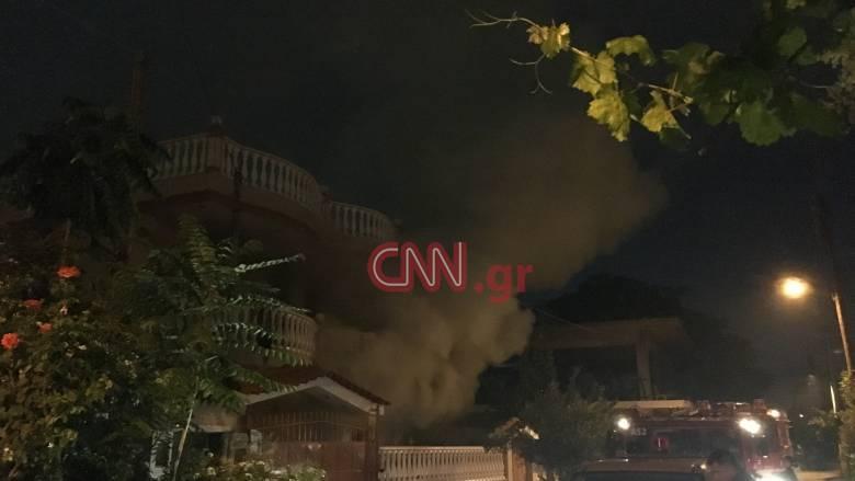 Μενίδι: Στις φλόγες σπίτι Ρομά - Οι κάτοικοι έστησαν «φράγμα» στην Πυροσβεστική (pics&vids)