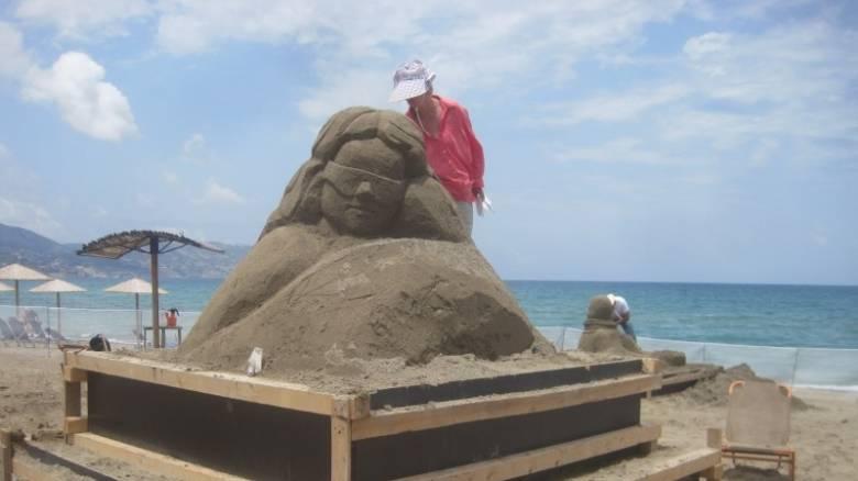 Κρήτη: Εντυπωσιακά γλυπτά άμμου «ξεπηδούν» σε παραλία του Ηρακλείου (pics&vids)